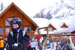 Het kind bij bergaf skiô toevlucht Royalty-vrije Stock Foto