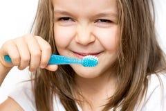 Het kind borstelt tanden, tandpasta stock foto
