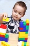 Het kind bouwt een toren Royalty-vrije Stock Afbeelding