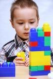 Het kind bouwt een toren Stock Foto's