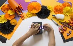 Het kind creeert een giftdoos van een zwarte kat Een partij voor Halloween royalty-vrije stock foto's