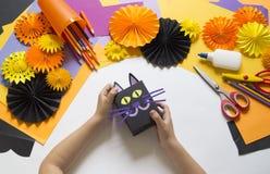 Het kind creeert een giftdoos van een zwarte kat Een partij voor Halloween royalty-vrije stock fotografie