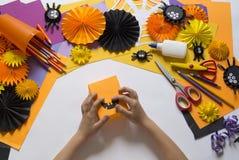 Het kind creeert een hand-bewerkte pompoen De handen van kinderen `s royalty-vrije stock foto