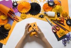 Het kind creeert een hand-bewerkte pompoen De handen van kinderen `s royalty-vrije stock foto's