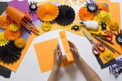 Het kind creeert een hand-bewerkte pompoen De handen van kinderen `s stock foto's