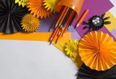 Het kind creeert een hand-bewerkte pompoen De handen van kinderen `s royalty-vrije stock afbeeldingen
