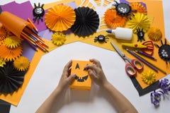 Het kind creeert een hand-bewerkte pompoen De handen van kinderen `s stock foto