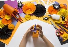 Het kind creeert een hand-bewerkte pompoen De handen van kinderen `s stock afbeeldingen