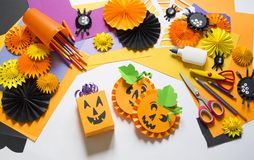 Het kind creeert een hand-bewerkte pompoen De handen van kinderen `s stock afbeelding