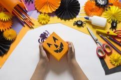 Het kind creeert een hand-bewerkte pompoen De handen van kinderen `s royalty-vrije stock afbeelding