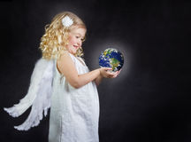 Het kind dat van de engel de wereld in haar handen houdt stock foto's