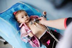 Het kind in de kliniek doet een elektrocardiogram royalty-vrije stock afbeeldingen
