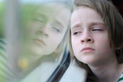Het kind in de treinauto stock afbeelding