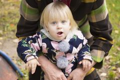 Het kind in de wapens van verwanten Stock Afbeelding