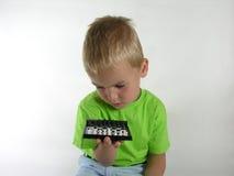 Het kind denkt op schaak Royalty-vrije Stock Fotografie