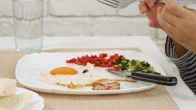 Het kind die Ontbijt in Keuken, Jong geitje eten eet Gezonde Voedseleieren, Meisjesgroenten stock footage