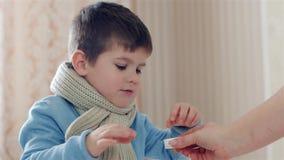Het kind die pil nemen, weinig jongen is ziek, geeft het Mamma zoonstablet, neemt het medicijn tijdens ziekte, het kind het genee stock video