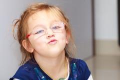 Het kind die van het portretmeisje grappige gezichtspret maken Stock Fotografie