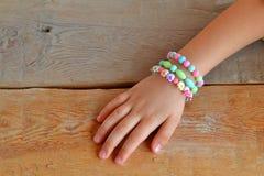 Het kind draagt armbanden op zijn hand Royalty-vrije Stock Foto