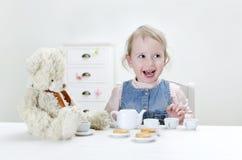 Het kind drinkt thee Royalty-vrije Stock Afbeeldingen