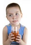 Het kind drinkt tomatesap 2 Stock Foto
