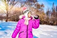 Het kind drinkt water in openlucht stock afbeelding