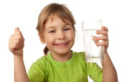 Het kind drinkt water van glascontainer Royalty-vrije Stock Afbeelding