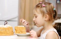 Het kind eet bij de lijst Royalty-vrije Stock Afbeeldingen