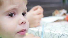 Het kind eet gebraden aardappel in snel voedselclose-up stock video