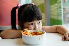 Het kind eet gebraden gerechten royalty-vrije stock afbeeldingen