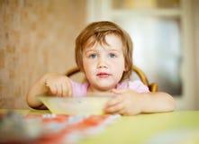 Het kind eet in huis Royalty-vrije Stock Afbeeldingen