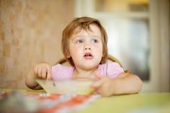Het kind eet met lepel Royalty-vrije Stock Afbeelding