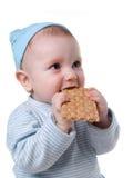 Het kind eet ruig koekje royalty-vrije stock afbeeldingen