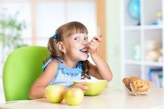 Het kind eet smakelijk ontbijt Royalty-vrije Stock Fotografie