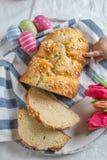 Het kind eet Verse gebakken Pasen-Brioche stock afbeeldingen