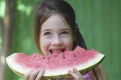 Het kind eet watermeloen Stock Foto's