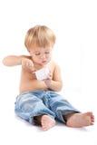 Het kind eet yoghurt Stock Afbeeldingen