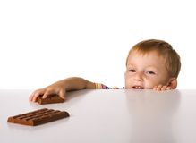 Het kind en een chocolade Royalty-vrije Stock Foto's