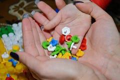 Het kind gaat in de handen van mammastukken over kleurrijke mozaïeken stock fotografie