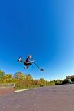 Het kind gaat in de lucht met autoped Royalty-vrije Stock Afbeelding