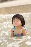 Het kind geniet van golven op strand Royalty-vrije Stock Foto's