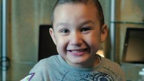 Het kind glimlacht en intimideert stock footage