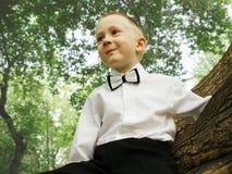 Het kind glimlacht en onderzoekt de afstand stock afbeelding