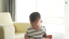 Het kind graaft zijn neus stock videobeelden
