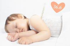 Het kind heeft op hoge temperatuur of koorts, die een thermometer een gebruiken Royalty-vrije Stock Afbeelding