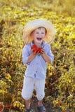 Het kind helpt om het gewas te nemen Stock Foto
