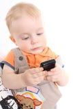 Het kind houdt een mobiele telefoon in handen royalty-vrije stock foto's