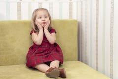Het kind houdt zijn wangen royalty-vrije stock foto's