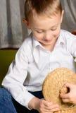 Het kind kijkt in een doos Royalty-vrije Stock Foto