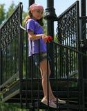 Het kind kleedde zich in purple Stock Afbeeldingen